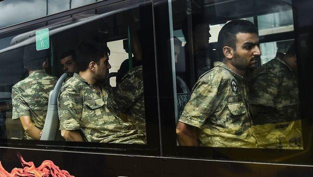Nach dem Putschversuch verhaftete türkische Soldaten (Bild: APA/AFP/BULENT KILIC)