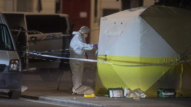 Ermittler bei der Spurensuche am Russel Square (Bild: EPA/Will Oliver)