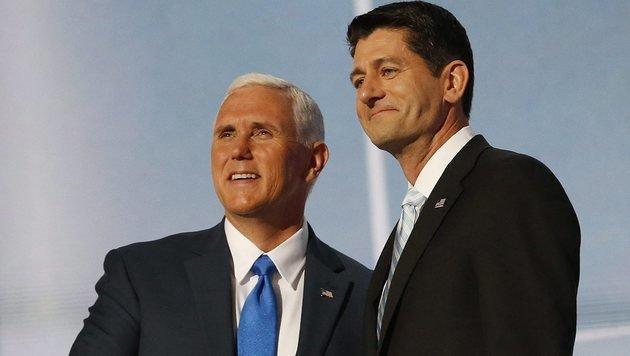 Vizepräsidentschaftskandidat Mike Pence (li.) stellt sich hinter Trump-Kritiker Paul Ryan. (Bild: EPA)