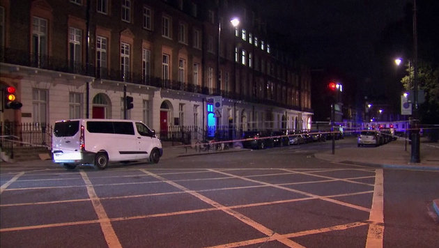 Der Bereich um den Tatort wurde weiträumig abgesperrt. (Bild: AP/Sky News)