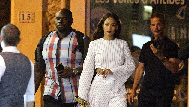 Rihanna vor ihrem Hotel in Nizza. In der Nähe fand an diesem Tag der Terroranschlag statt. (Bild: Viennareport)