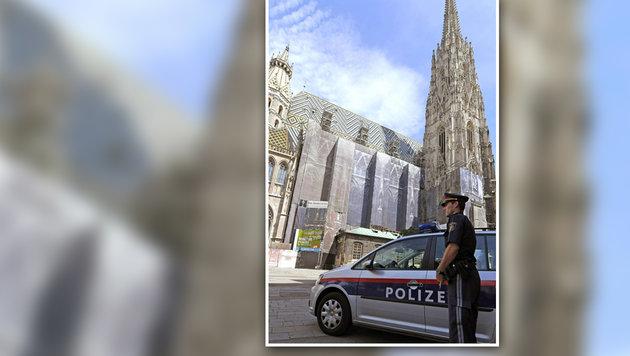 Ein Polizist vor dem Wiener Stephansdom (Bild: APA/ROLAND SCHLAGER)