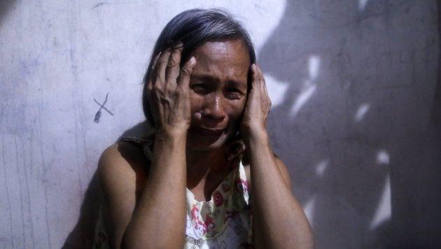 Die Mutter eines 14-Jährigen, der Ende Juli in Davao von Unbekannten erschossen wurde (Bild: EPA)