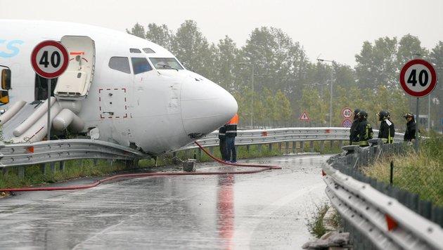 Cargo-Maschine schlittert nahe Mailand auf Straße (Bild: AP/ANSA/Matteo Bazzi)