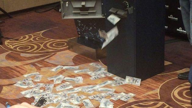 Hacker lässt Bankomat Geldscheine spucken (Bild: twitter.com/designworksblog)