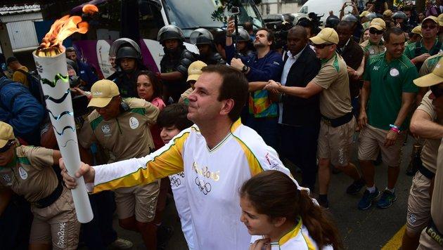 Bürgermeister Paes mit der olympischen Fackel (Bild: AFP or licensors)