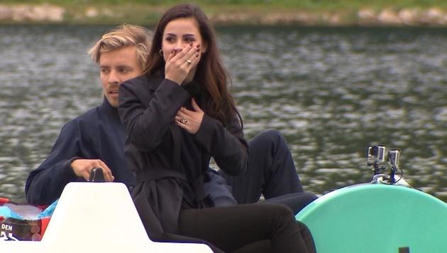 Jan Stremmel lädt Lena Meyer-Landrut zur Bootsfahrt. (Bild: ProSieben)