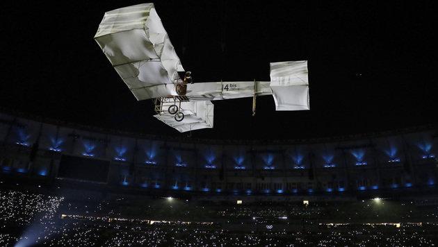 Ein Flugzeug stand zu Beginn im Mittelpunkt (Bild: AP)