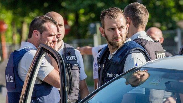 Polizisten am Tatort in Charleroi (Bild: EPA)