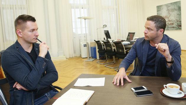 """Johann Gudenus im Gespräch mit """"Krone""""-Redakteur Michael Pommer (Bild: Peter Tomschi)"""