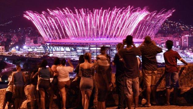 Mit einem gro�en Feuerwerk begann die Show (Bild: AFP or licensors)