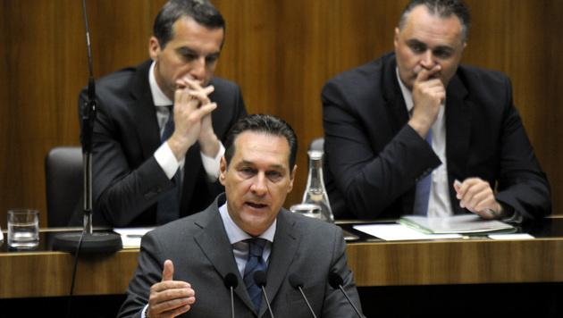 Christian Kern, Hans Peter Doskozil und Heinz-Christian Strache während einer Nationalratssitzung (Bild: APA/HERBERT PFARRHOFER)