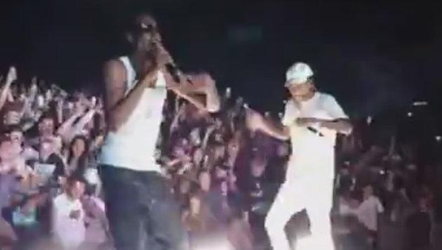 Während Snoop Dogg rappt, bricht ein Geländer und zahlreiche Fans stürzen in die Tiefe. (Bild: LiveLeak.com)