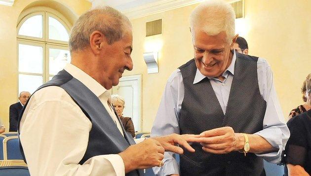 Franco (links) und Gianni bei der Überreichung der Ringe (Bild: EPA)