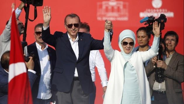Erdogan mit seiner Frau Emine (Bild: AP)