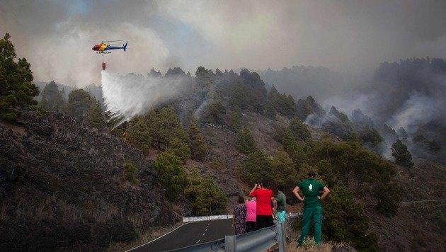 Die Einsatzkräfte der Feuerwehr sind im Dauereinsatz. Mittlerweile hat sich das Wetter gebessert. (Bild: APA/AFP/DESIREE MARTIN)