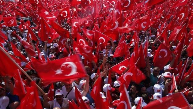 Fahnenmeer bei der Anti-Putsch-Demo in der Türkei (Bild: AP)
