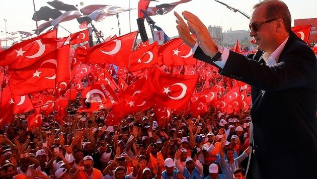 Erdogan wird von seinen Anhängern bejubelt. (Bild: AP)