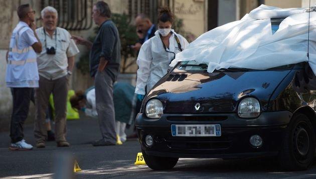 In diesem Auto saßen die beiden hingerichteten Männer. (Bild: APA/AFP/BERTRAND LANGLOIS)