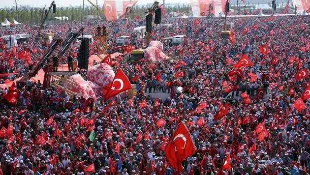Hunderttausende Erdogan-Anhänger bei der Anti-Putsch-Demo in der Türkei (Bild: APA/AFP/BULENT KILIC)