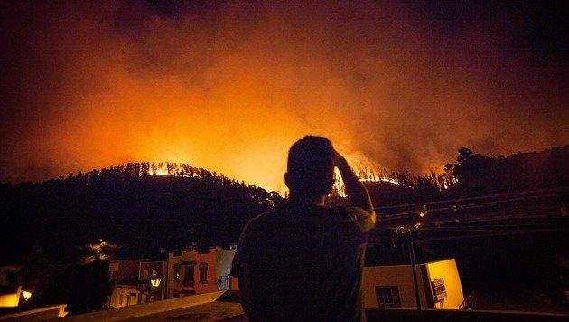 Ein Bewohner des Dorfes Fuencaliente beobachtet die Löscharbeiten. (Bild: APA/AFP/DESIREE MARTIN)