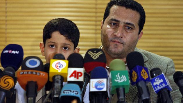 Amiri bei einem Medienauftritt im Jahr 2010 mit seinem Sohn (Bild: Associated Press)