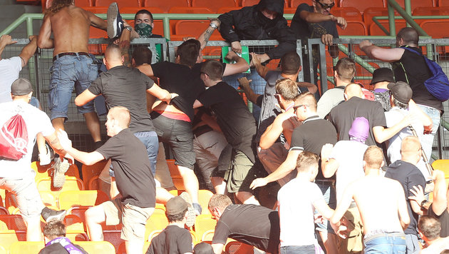 Video: Wüste Hooligan-Prügelei nach dem Derby (Bild: GEPA)