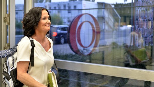 Glawischnig auf dem Weg ins ORF-Studio (Bild: APA/HERBERT NEUBAUER)