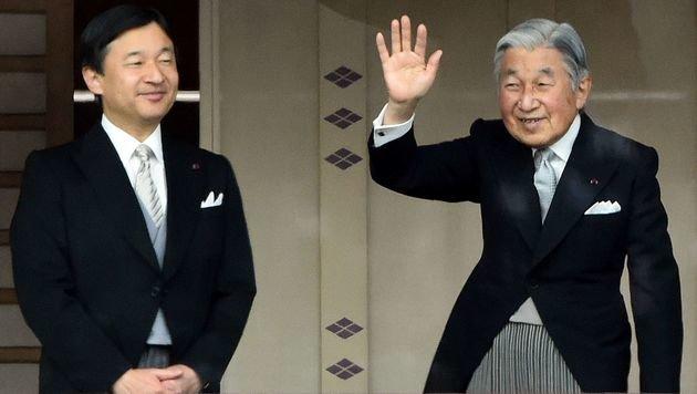 Kaiser Akihito (re.) mit dem Kronprinzen Naruhito (Bild: AFP)
