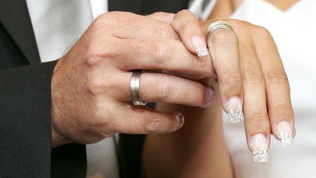 Zwei Brautpaare noch im Standesamt verhaftet (Bild: APA/GUENTER R. ARTINGER)