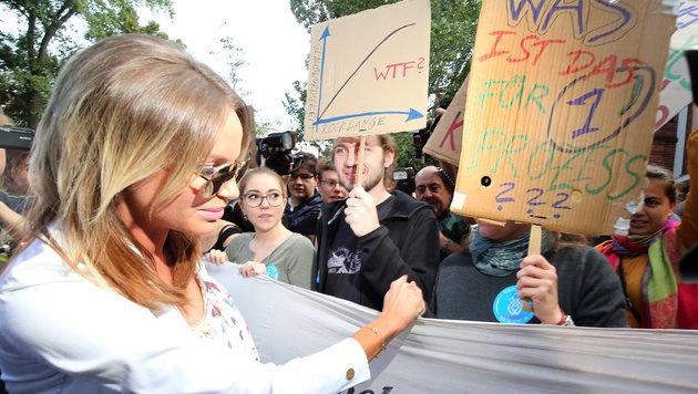 Vor dem Gebäude demonstrieren Menschen für Gina-Lisa Lohfink (Bild: APA/dpa/Wolfgang Kumm)
