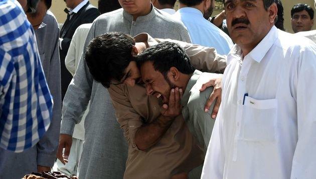 Weinende Angehörige vor der Klinik (Bild: APA/AFP/BANARAS KHAN)