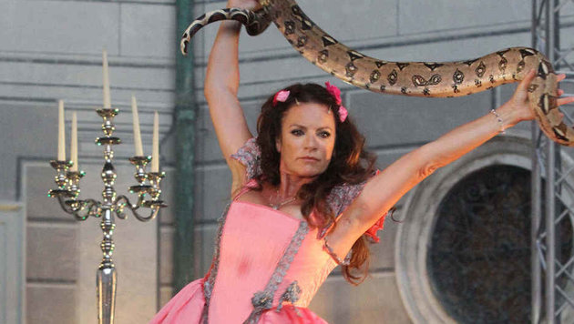 Christine Neubauer wurde von ihrer Bühnenschlange gebissen! (Bild: People Picture/Andrea Moelzner)