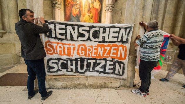 Die Protestaktion der Flüchtlinge im Regensburger Dom Anfang Juli (Bild: EPA/dpa/Armin Weigel)