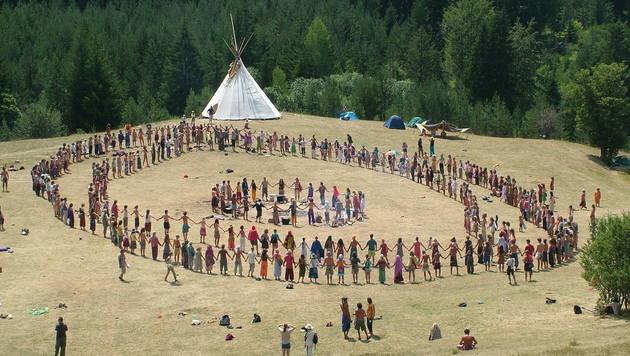 """Im Einklang mit der Natur: Die """"Rainbow Family"""" (Bild: commons.wikimedia.org/Mladifilozof)"""