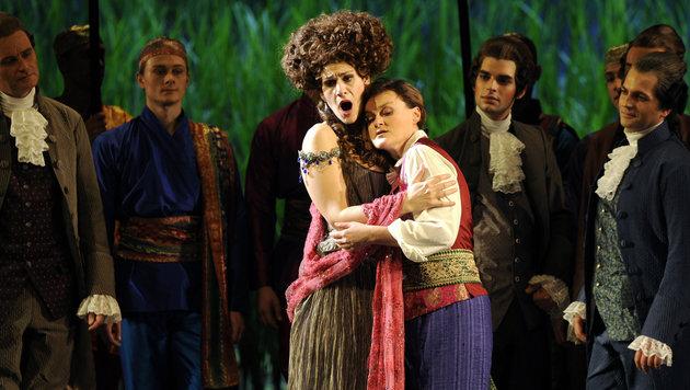 """Vesselina Kasarova (rechts) während einer Probe der Oper """"Alcina"""" in der Wiener Staatsoper (Bild: APA/ROLAND SCHLAGER)"""