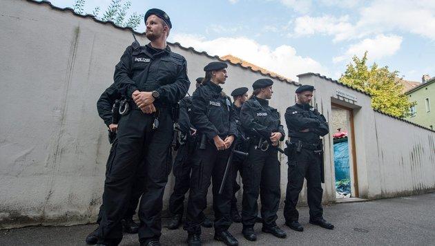 Die Polizei hatte den Pfarrhof bereits umstellt. (Bild: EPA/dpa/Armin Weigel)