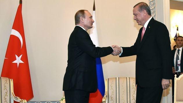 Erdogan und Putin bauen Beziehungen wieder aus (Bild: APA/AFP/ALEXANDER NEMENOV)