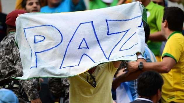 """Ein Fordert nach einer Schlägerei auf den Rängen """"Frieden"""". (Bild: APA/AFP/MARTIN BERNETTI)"""