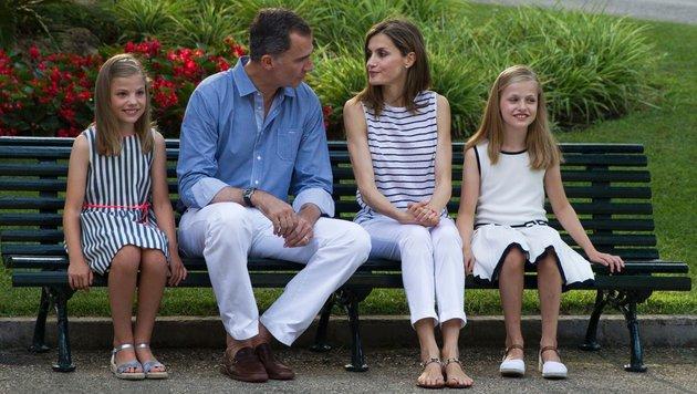 Das spanische Königspaar mit den Töchtern im Urlaub (Bild: AFP)