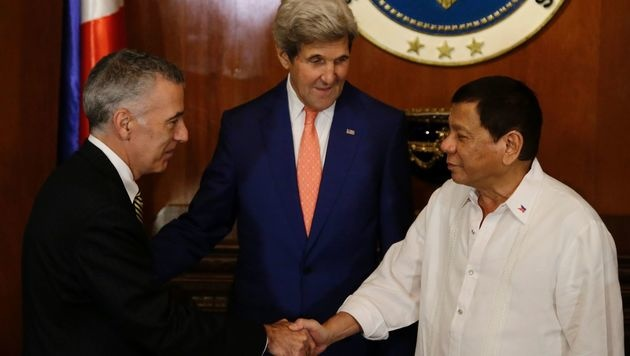 US-Botschafter Philip S. Goldberg, US-Außenminister John Kerry und Rodrigo Duterte (rechts) (Bild: APA/AFP/POOL/AARON FAVILA)