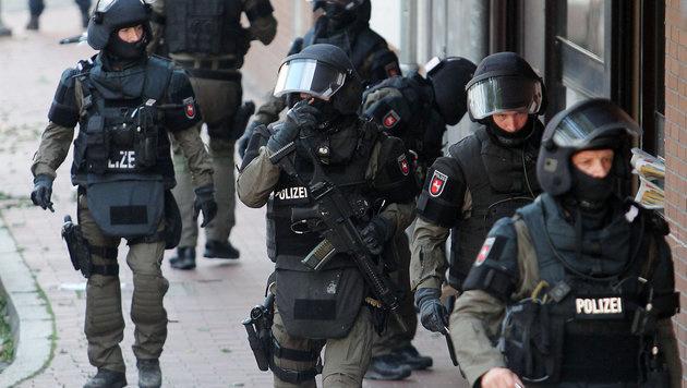 Die deutsche Polizei bei einer Razzia gegen Islamisten (Bild: APA/dpa/Chris Gossmann)