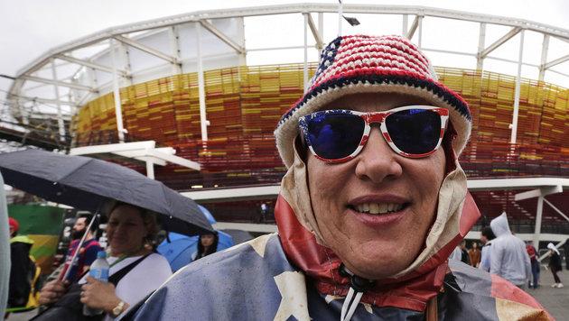 Viele Fans müssen in Rio vor den Stadien warten, nicht alle nehmen es mit so viel Humor. (Bild: AP)