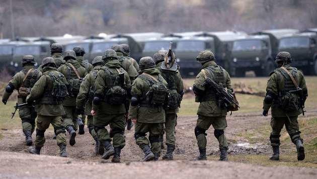 Russische Soldaten in der Nähe der Krim-Hauptstadt Simferopol (Bild: FILIPPO MONTEFORTE/AFP/picturedesk.com)