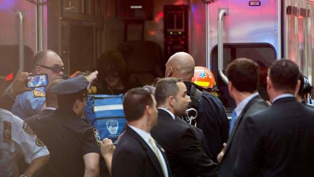 Der Trump-Tower-Kletterer wurde nach seiner Verhaftung von der Rettung abtransportiert. (Bild: APA/AFP/BRYAN R. SMITH)