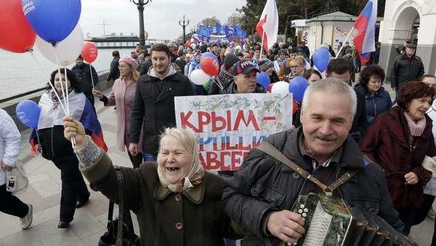 Eine prorussische Kundgebung auf der Krim (Bild: APA/AFP/MAX VETROV)