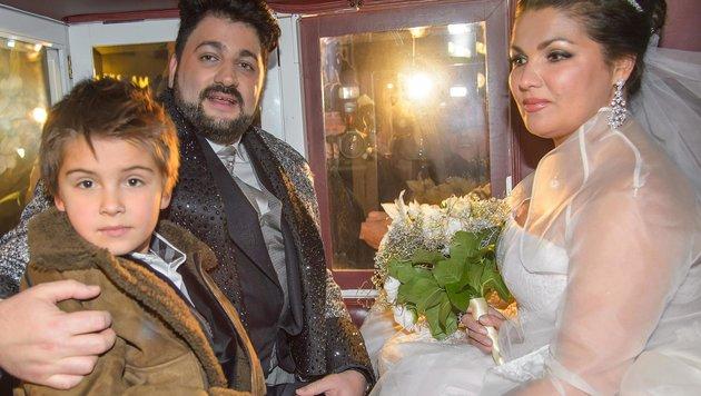 Anna Netrebko in der Hochzeitskutsche mit Ehemann Yusif Eyvazov und Sohn Tiago. (Bild: Viennareport)