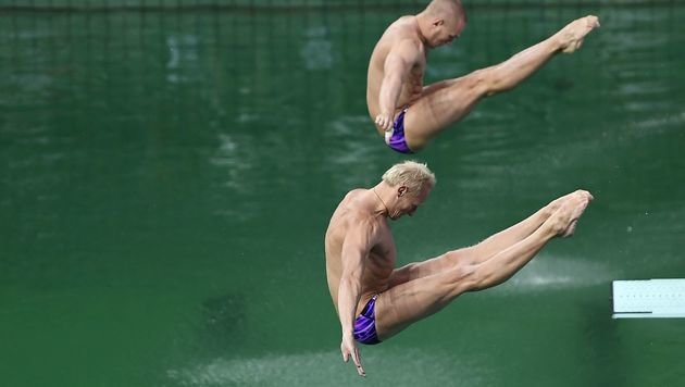 """Augen schmerzen!"" Grünes Wasser quält Athleten (Bild: APA/AFP/GABRIEL BOUYS)"
