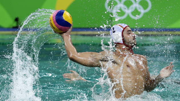 """Augen schmerzen!"" Grünes Wasser quält Athleten (Bild: AP)"