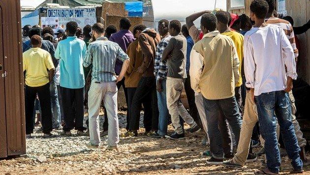 Fl�chtlinge im Lager von Calais (Bild: AFP)